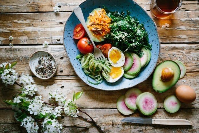 Jak dbać o mózg? Jedzenie.