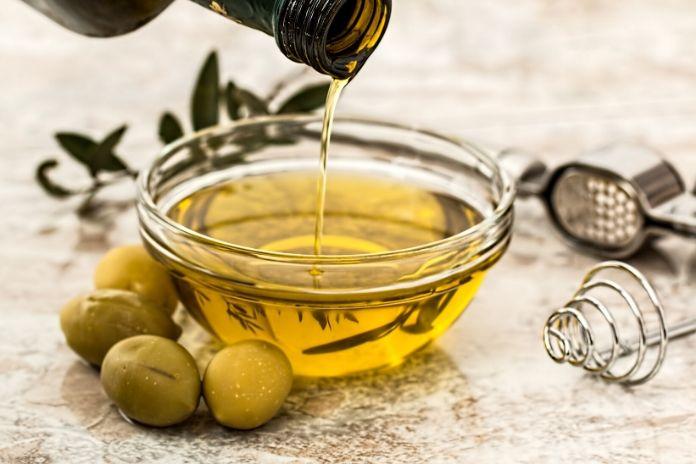 12 zdrowych produktów które zwiększają sprawność mózgu i umysłu -oliwa z oliwek i zdrowe oleje