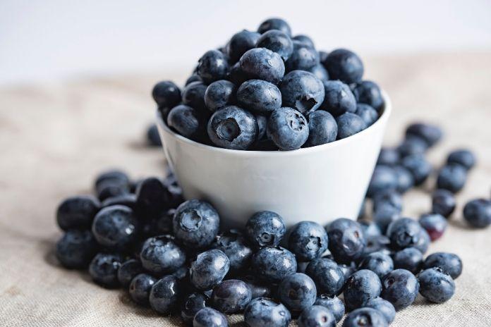 12 zdrowych produktów które zwiększają sprawność mózgu i umysłu - jagody, czereśnie, wiśnie