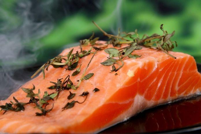 12 zdrowych produktów które zwiększają sprawność mózgu i umysłu - ryby, owoce morza, omega-3