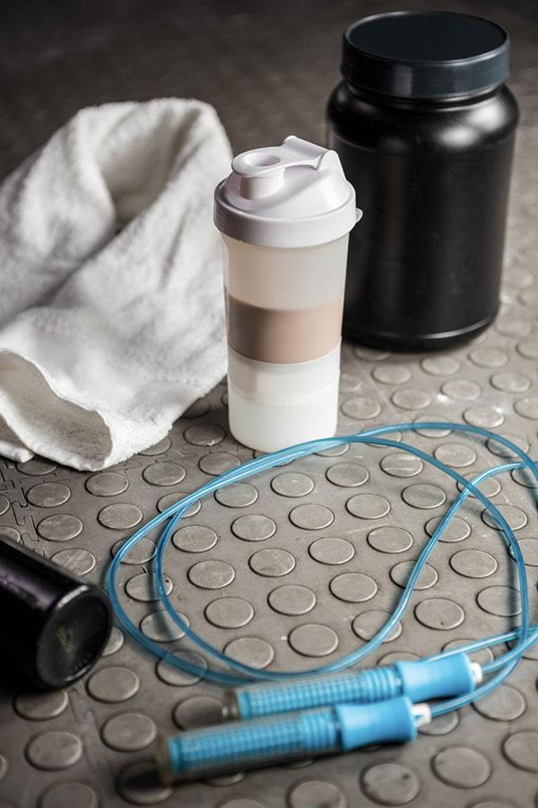 Suplementy - gainery - białko - masa - siła - trening - bidon - siłownia