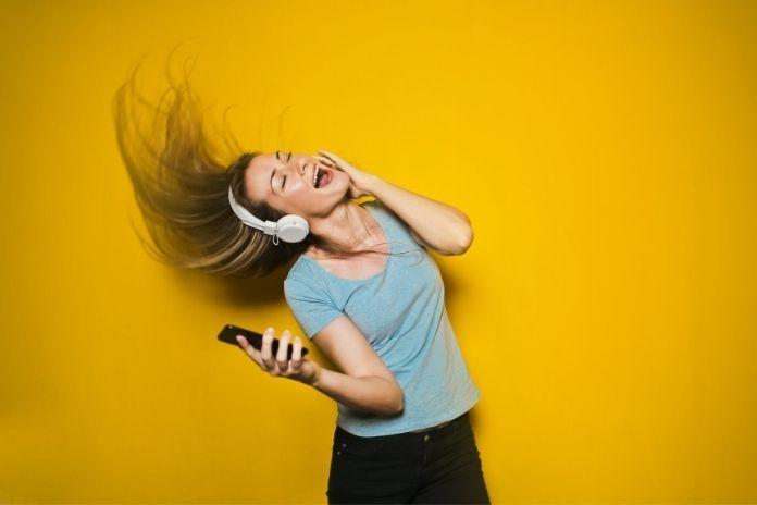 Co się dzieje w głowie, gdy słuchasz muzyki? Jak muzyka wpływa na mózg?